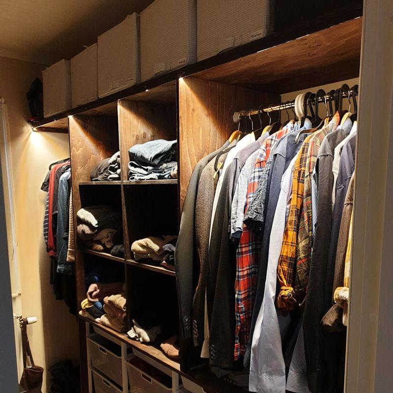 Garderob med skräddasydda ledlister