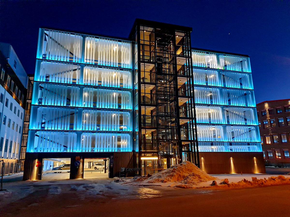 Parkeringshus med RGBW-belysning