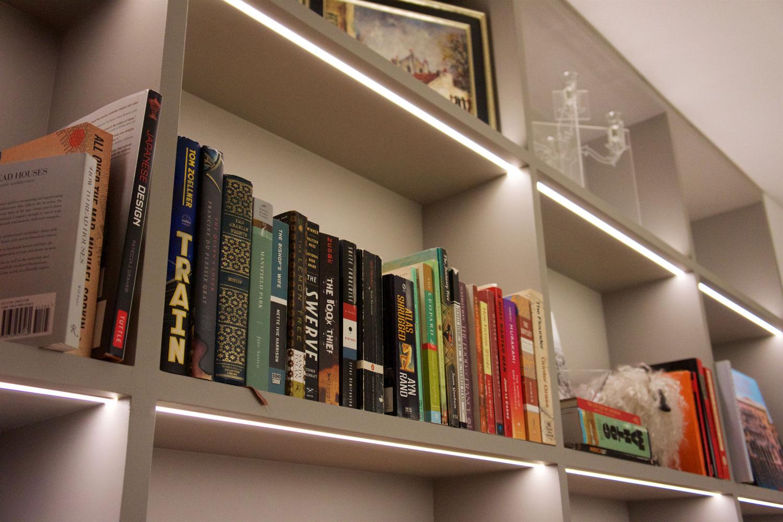 Ljus i bokhylla