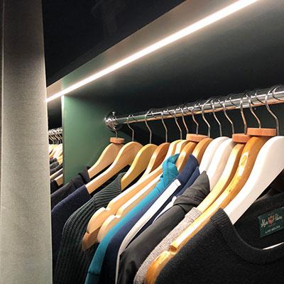 Ledlist under hylla i garderob