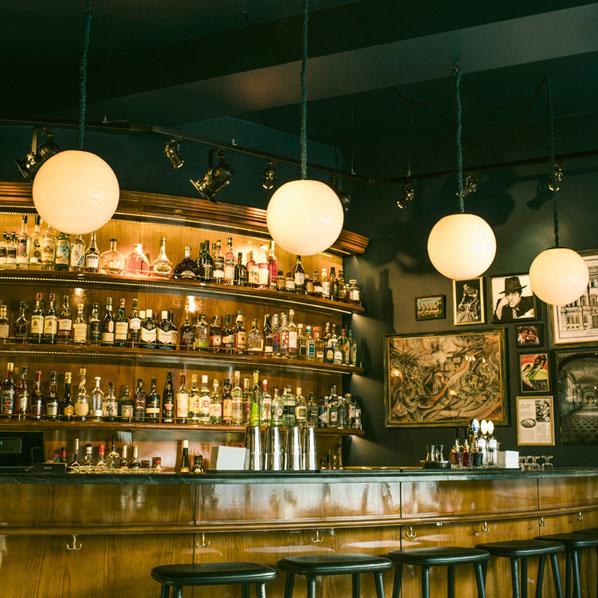 Runda lampor i bar