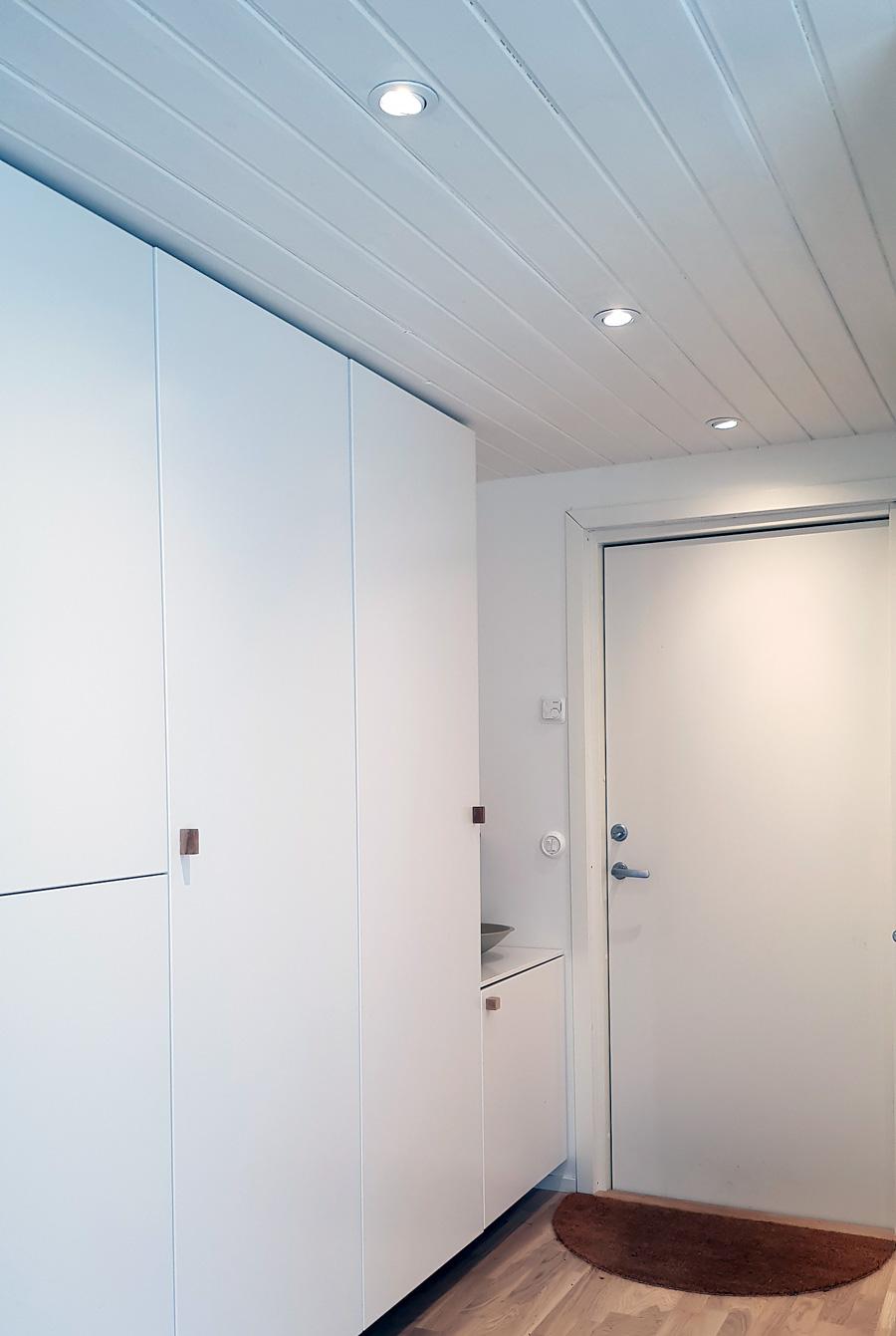 Inbyggda spotlights innertak i korridor/hall
