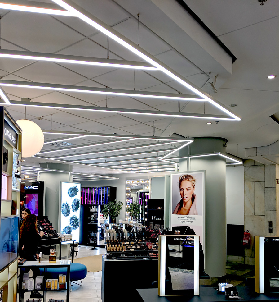 Linjär belysning med LED-tejp i tak