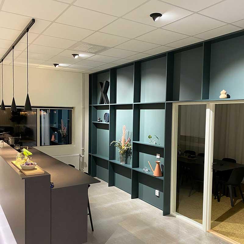 Infällda spotlight i innertak på kontor